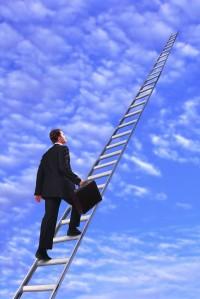 homme grimpant sur l'échelle des compétences