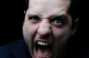 crier s'énerver agresser
