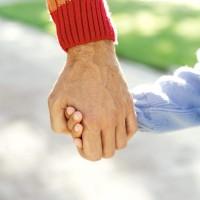 tenir par la main, accompagner